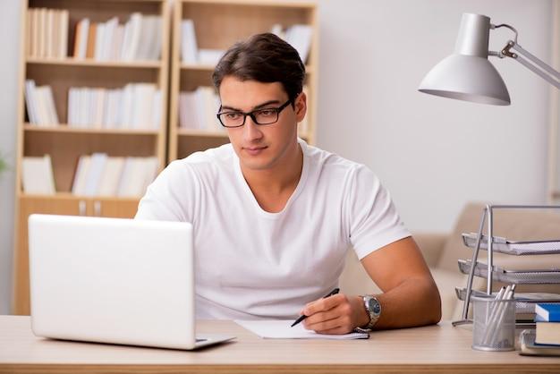 Jonge man aan het werk op kantoor Premium Foto