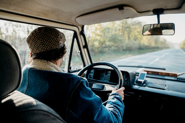 Jonge man besturen van een busje Gratis Foto