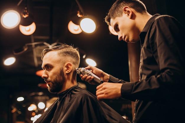 Jonge man bij kapperszaak haar trimmen Gratis Foto