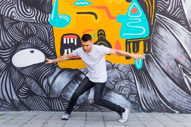Jonge man dansen op straat Gratis Foto