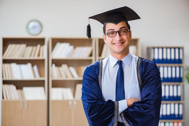 Jonge man die afstudeert aan de universiteit Premium Foto