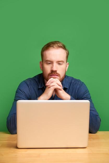 Jonge man die e-mail leest Premium Foto