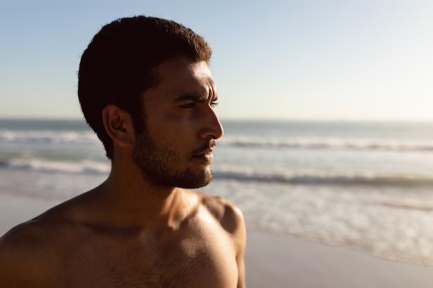 Jonge man die op het strand Gratis Foto