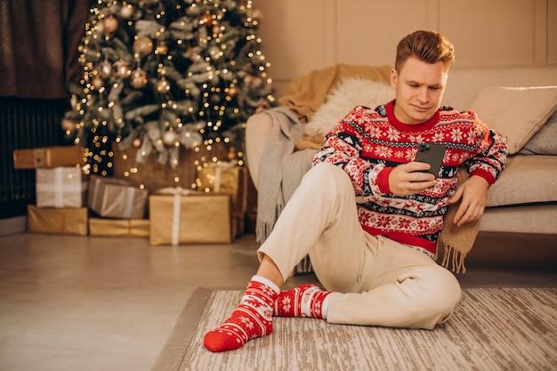 Jonge man die op kerstmis winkelt Gratis Foto