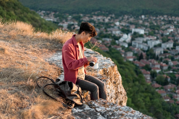 Jonge man die van landschap geniet Gratis Foto