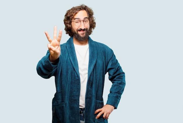 Jonge man draagt badjas nacht pak aftellen Premium Foto