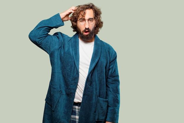 Jonge man draagt badjas nacht pak denken Premium Foto