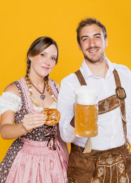 Jonge man en vrouw die het meest oktoberfest vieren Gratis Foto