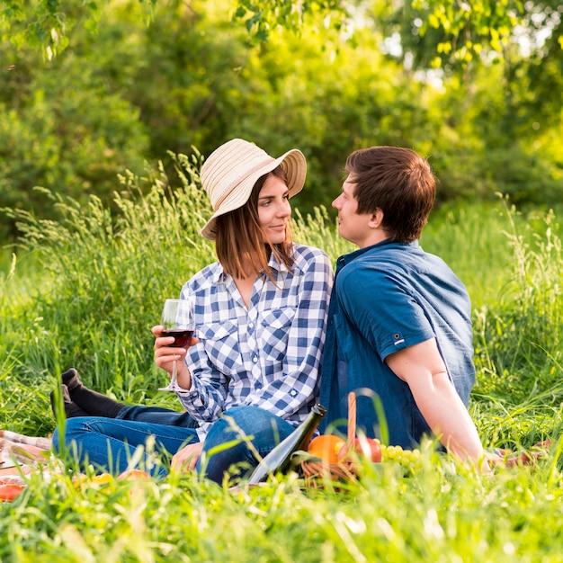 Jonge man en vrouw op picknickdatum Gratis Foto