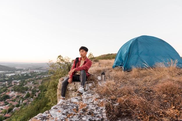 Jonge man genieten van tijd in de natuur Gratis Foto