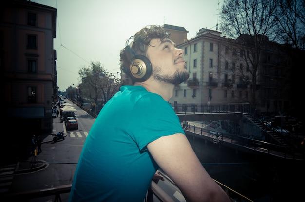 Jonge man hipster luisteren naar muziek Premium Foto