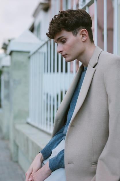 Jonge man in casual outfit mediteren Gratis Foto