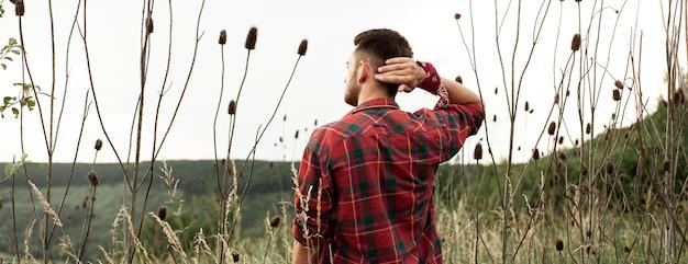 Jonge man in een groen veld Gratis Foto