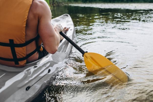 Jonge man kajakken op de rivier Gratis Foto