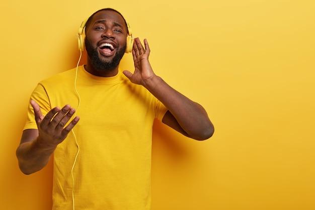 Jonge man luisteren naar muziek in koptelefoon Gratis Foto