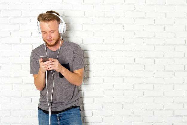 Jonge man met behulp van smartphone Premium Foto