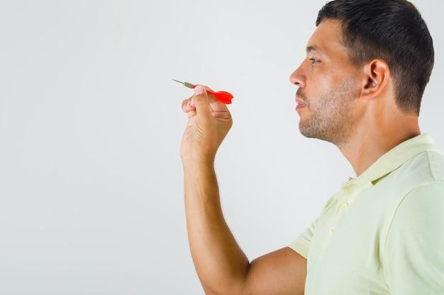 Jonge man met dart pijl in t-shirt. Gratis Foto