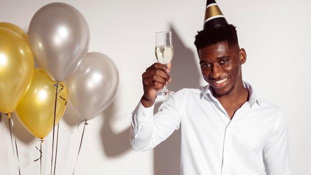 Jonge man met een glas champagne Gratis Foto