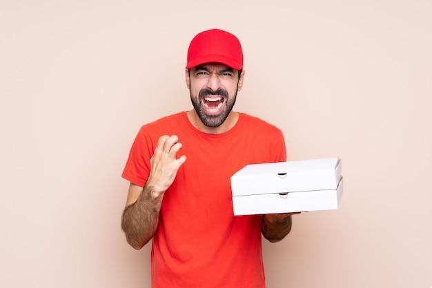 Jonge man met een pizza gefrustreerd door een slechte situatie Premium Foto