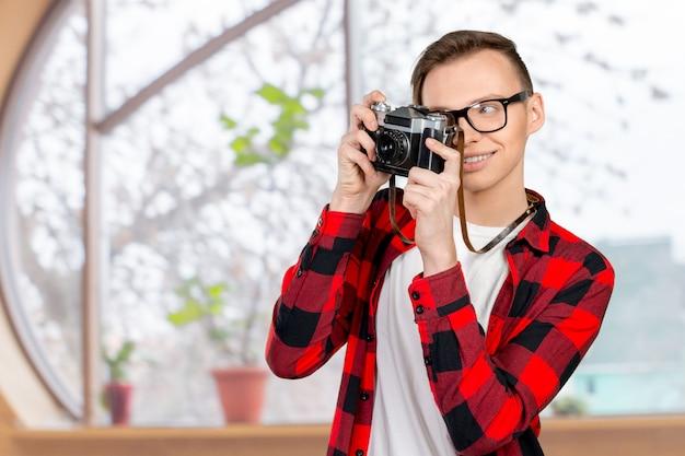 Jonge man met een vintage camera Premium Foto