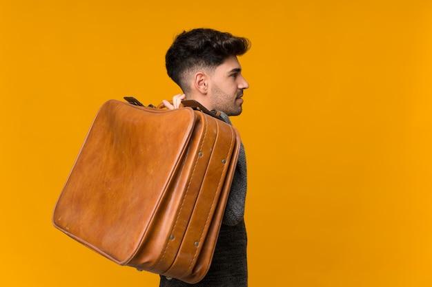 Jonge man met een vintage koffer Premium Foto