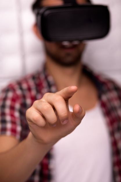 Jonge man met een virtual reality-bril Premium Foto