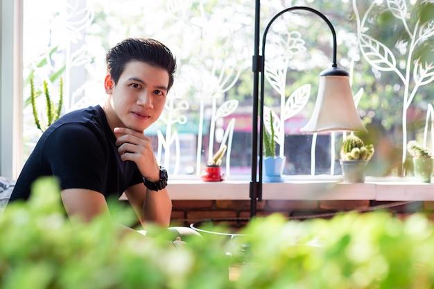 Jonge man met levensstijl in koffie winkel Gratis Foto