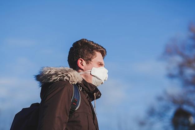 Jonge man met medische masker. coronavirusbescherming Premium Foto