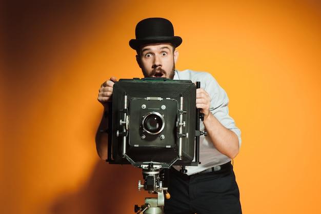 Jonge man met retro camera Gratis Foto