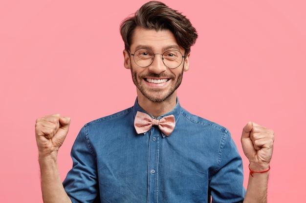 Jonge man met ronde bril en roze bowtie Gratis Foto