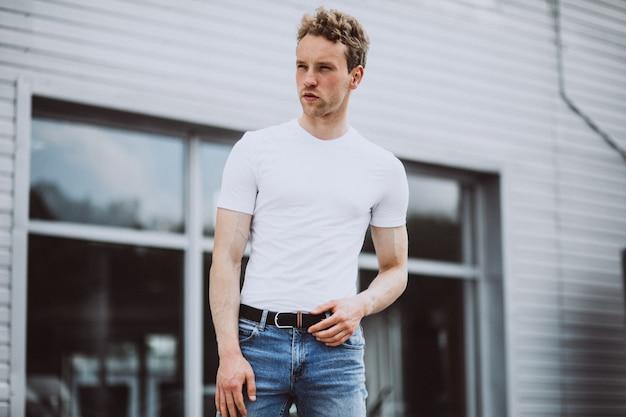 Jonge man model poseren in de straat Gratis Foto