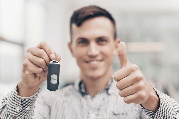 Jonge man nieuwe auto kopen bij de dealer Premium Foto