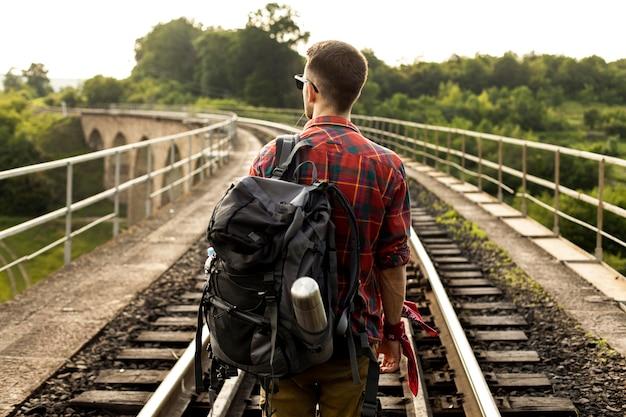 Jonge man op trail rail Gratis Foto