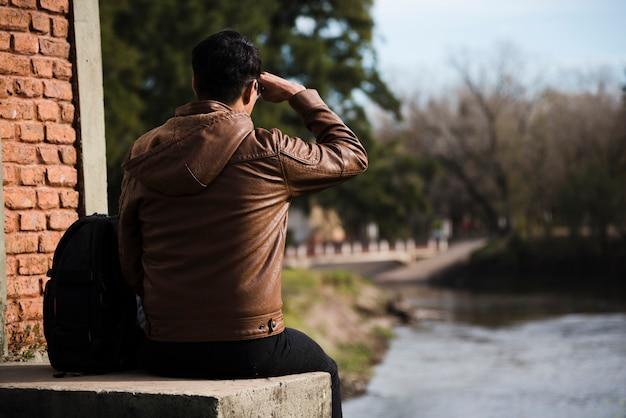 Jonge man op zoek weg buitenshuis Gratis Foto