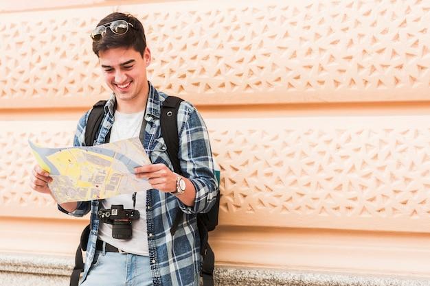 Jonge man reist rond de wereld Gratis Foto