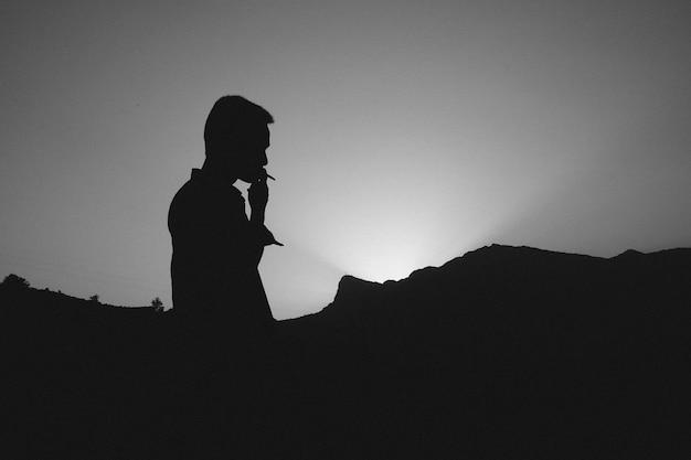 Jonge man roken Gratis Foto
