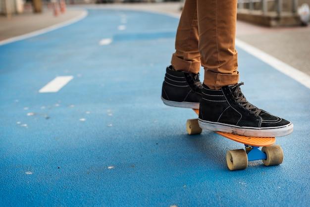 Jonge man skateboarden schieten Premium Foto