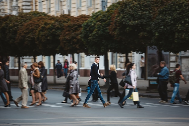 Jonge man steekt de straat over Gratis Foto
