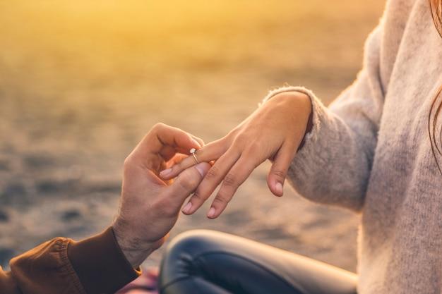 Jonge man trouwring zetten vrouw vinger Gratis Foto