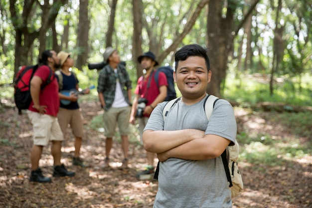 Jonge man wandelaar glimlachen Premium Foto