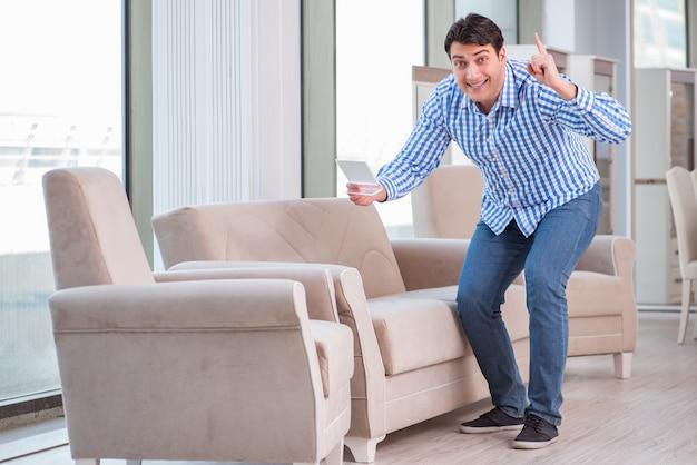 Jonge man winkelen in meubelwinkel Premium Foto
