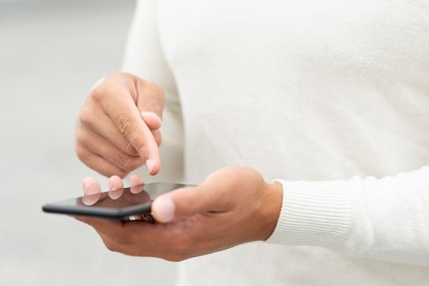 Jonge man zijn smartphone controleren Gratis Foto