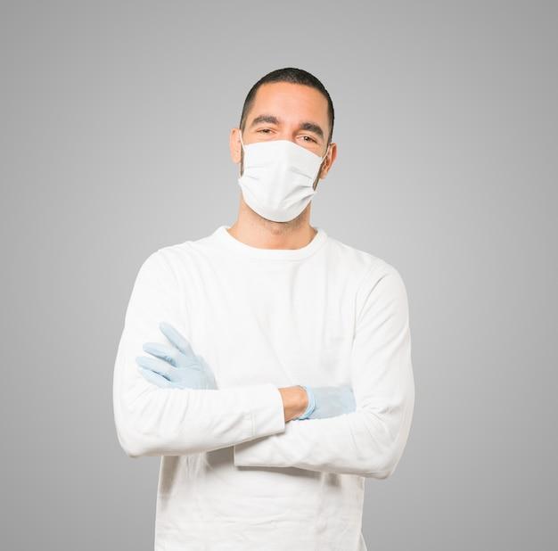 Jonge mannelijke arts die masker en beschermende handschoenen draagt Premium Foto