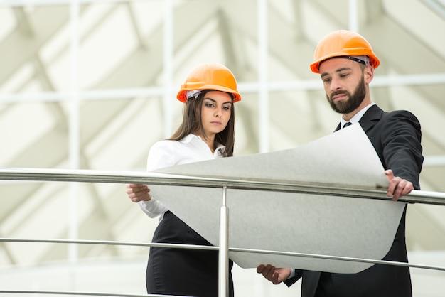 Jonge mannelijke en vrouwelijke architect in het moderne kantoor. Premium Foto
