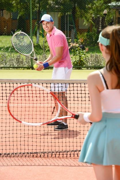 Jonge mannelijke en vrouwelijke tennisspelers. Premium Foto
