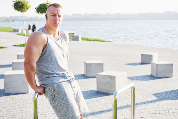 Jonge mannelijke jogger atleet opleiding en training buiten in de stad. Gratis Foto