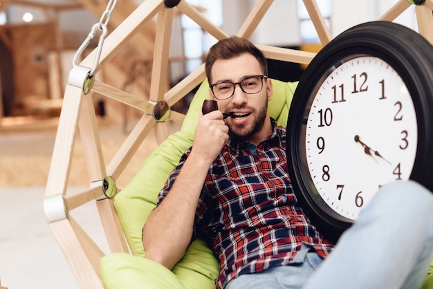 Jonge mannelijke zakenman in zijn kantoor. hij is een creatieve werker. Premium Foto