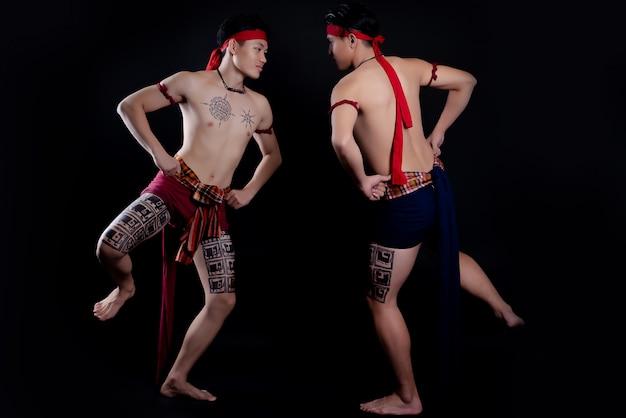 Jonge mannen uit thailand doen een traditionele dans Gratis Foto