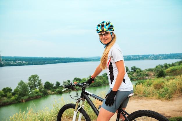 Jonge meisjes berijdende fiets buiten Gratis Foto