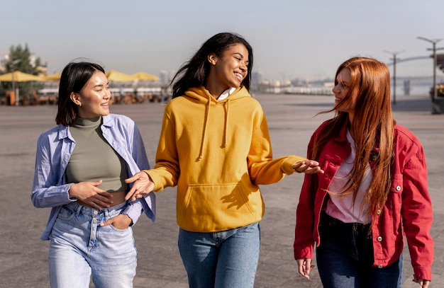Jonge meisjes die buiten wandelen Gratis Foto
